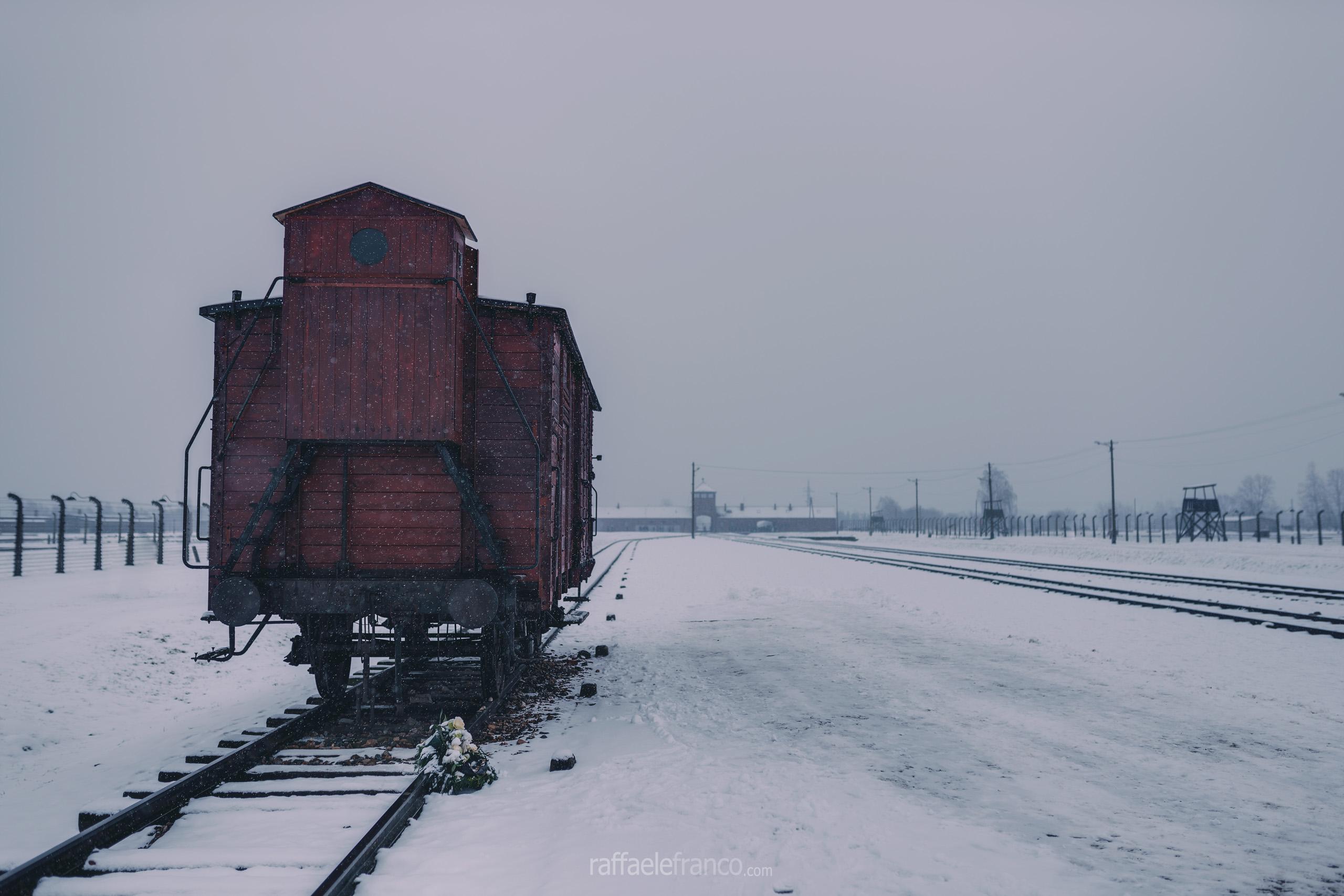 Il vagone simbolo della deportazione degli ebrei da parte dei nazisti, al centro del campo di Auschwitz-Birkenau II