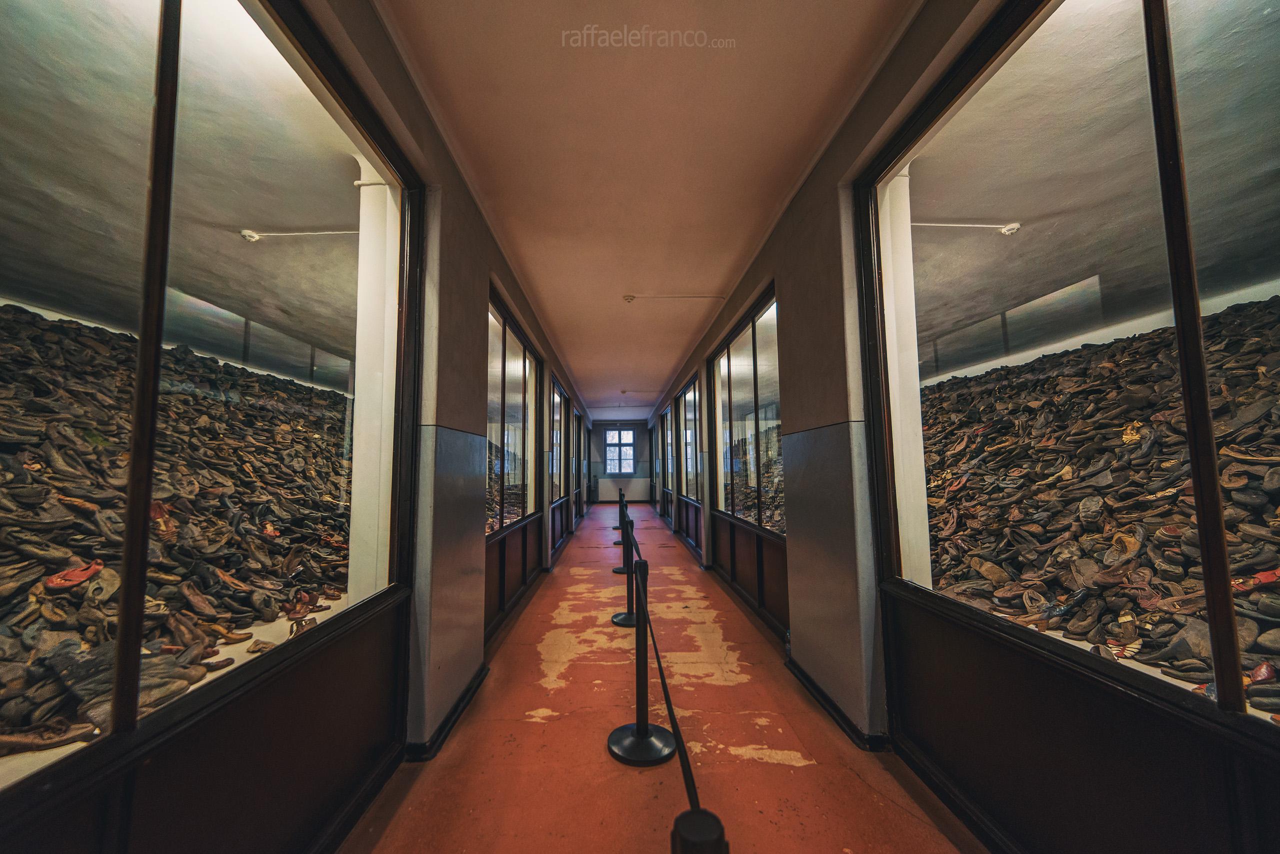 Le scarpe ritrovate ad Auschwitz al momento della liberazione.